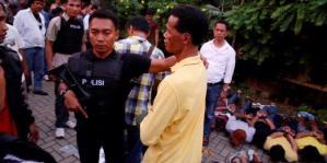 Hercules (baju kuning) ditangkap bersama 45 anak buahnya di kawasan apartemen dan ruko di Jalan Lapangan Bola, Srengseng, Jakarta, Jumat (8/3/2013). Selain 45 orang tersebut dan Hercules, juga ditangkap 5 orang anak buahnya di lokasi yang lain.